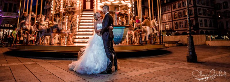 photo de mariage originale devant un manège à Strasbourg