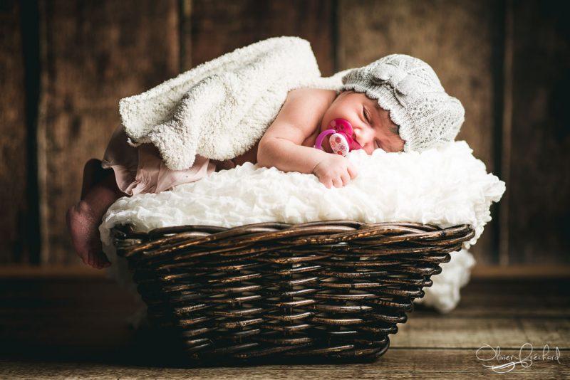 photo de bébé dans un panier en studio à Strasbourg par Olivier Fréchard