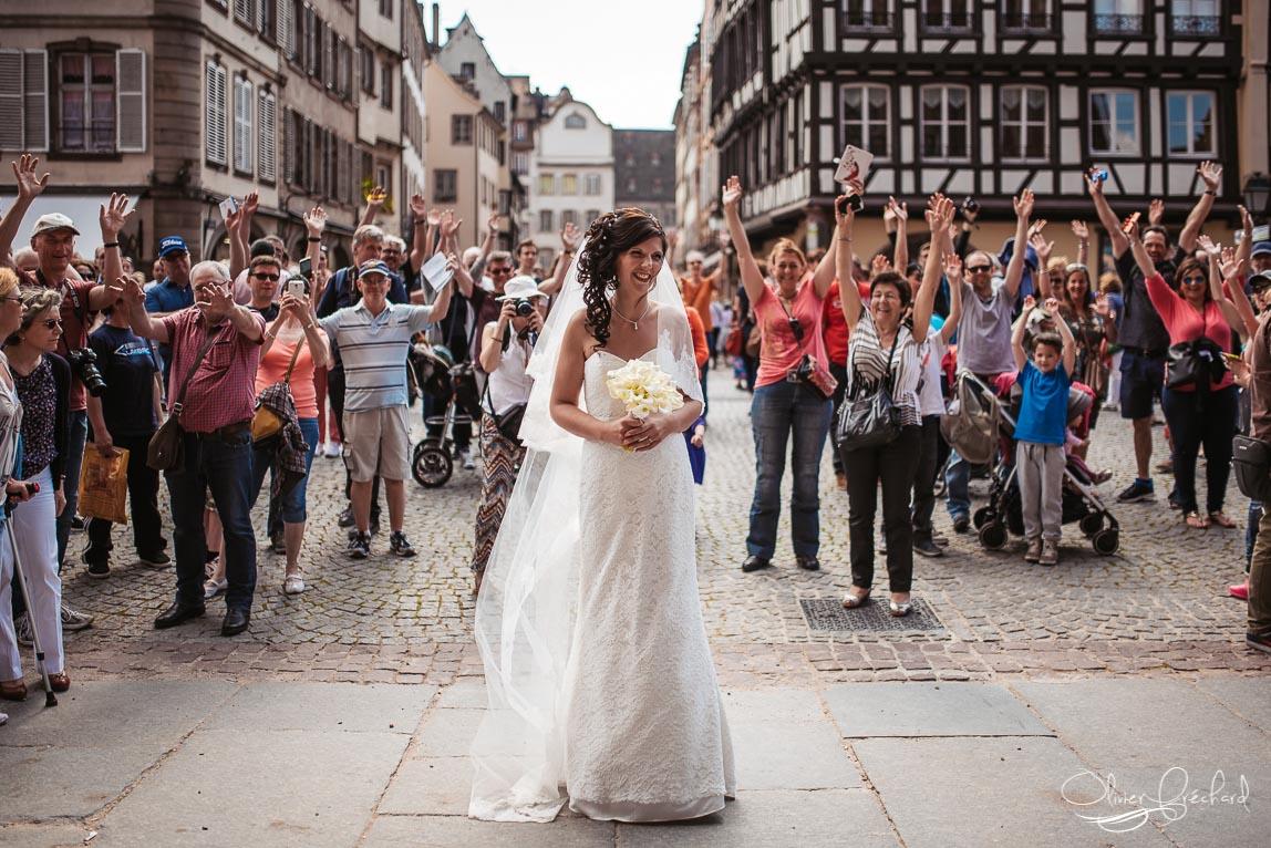 photo de mariée devant la cathédrale de Strasbourg