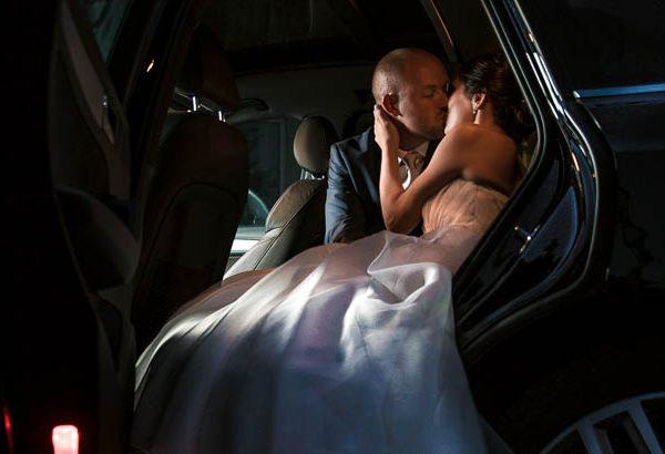 Photo de mariage dans une voiture