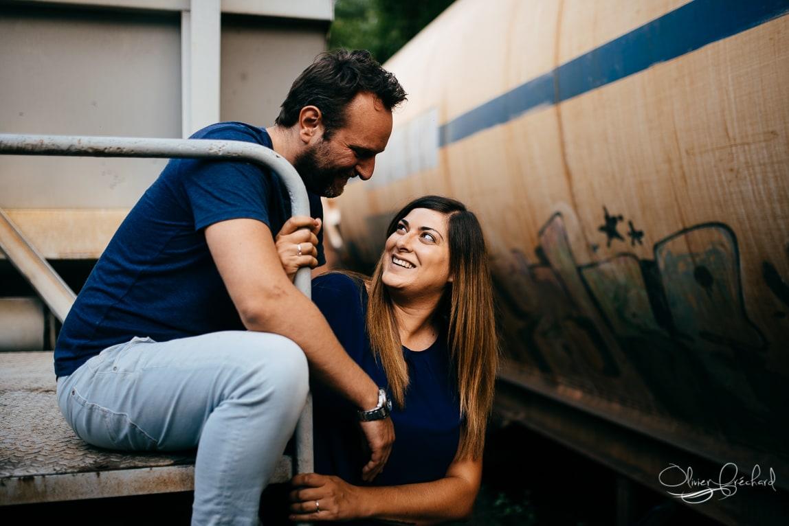 Photo de couple sur les friches ferroviaires